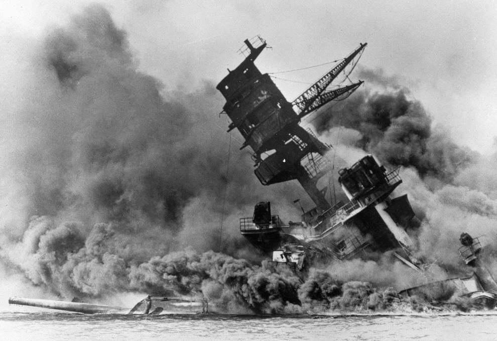 轟沈する戦艦の写真